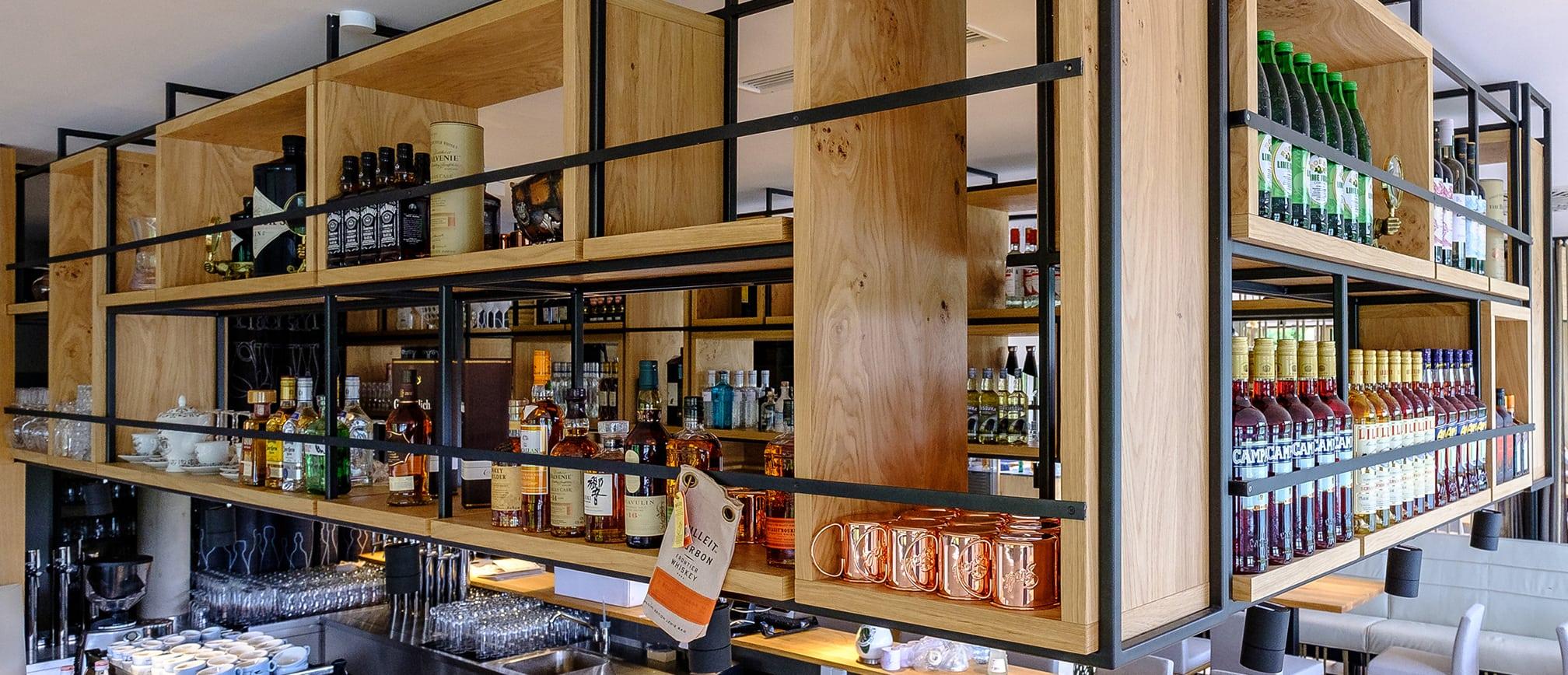 Bar mit Getränken und Gläsern