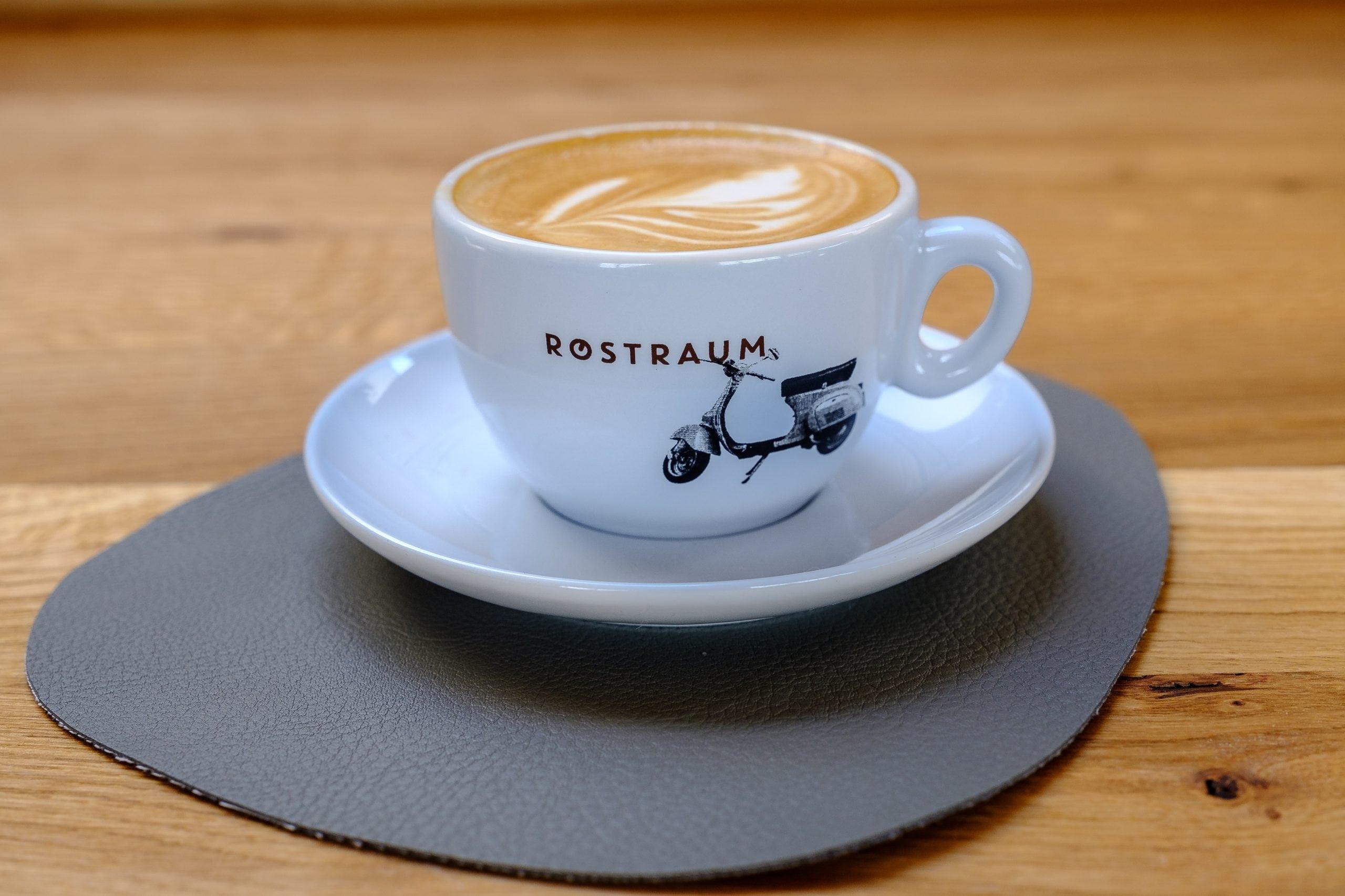 Cappuccino in einer weißen Tasse