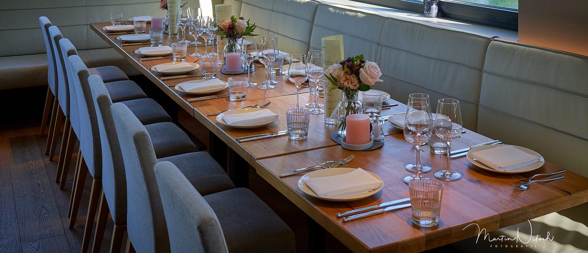Gedeckte Tischtafel im Innenbereich