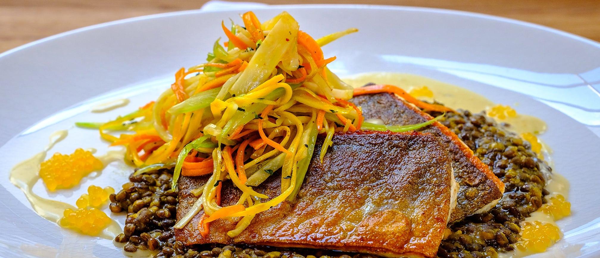Fisch mit Linsen und Gemüsenudeln als Hauptgang