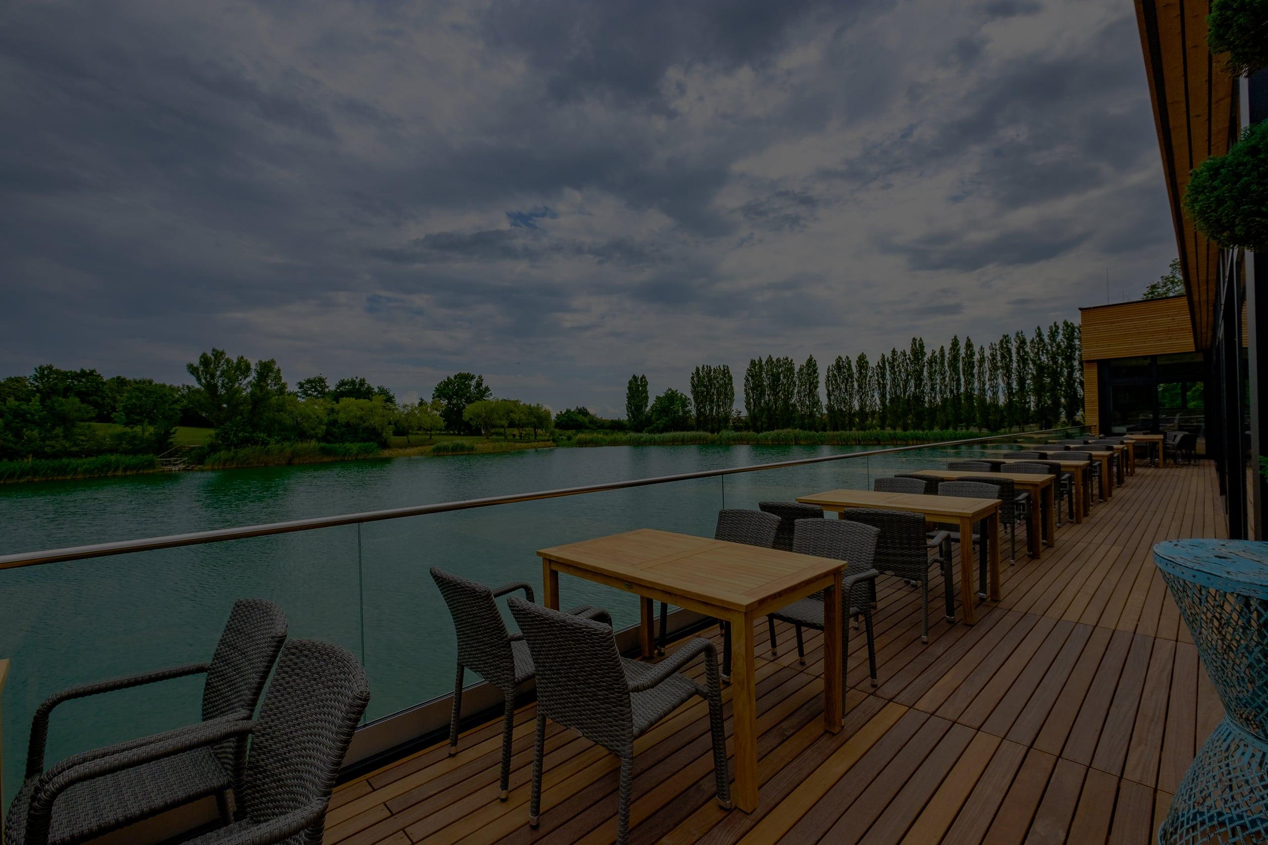 Terrasse mit Sitzbereich für Gäste mit Blick auf den Windradlteich