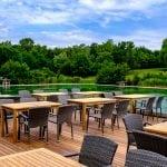 Terrasse des Südufer Restaurant = Bar mit Blick auf den Windradlteich und Grünflächen