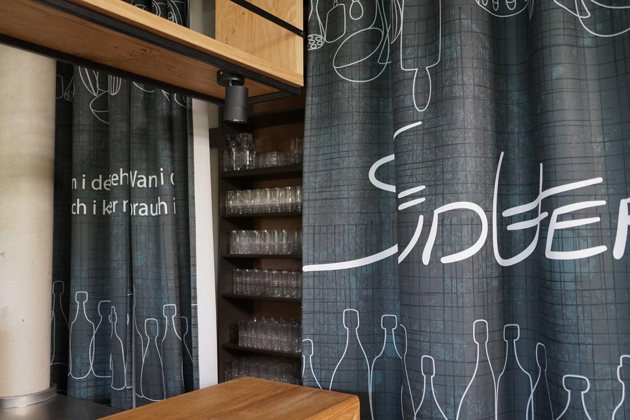 Vorhang im Südufer mit Logo